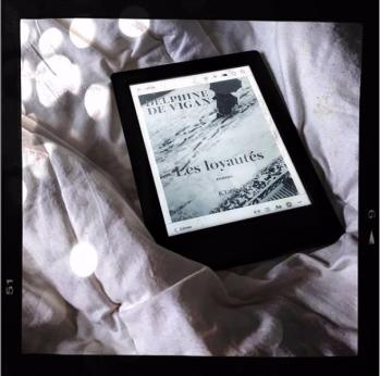 1ère de couverture du livre de Delphine de Vigan, Les loyautés, sur liseuse Kobo. Noir et blanc effet polaroid.