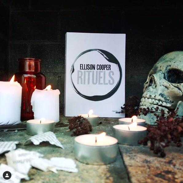Photo représentant le livre Rituels de Ellison Cooper, éditions du Cherche-Midi, dans une mise en scène horrifique